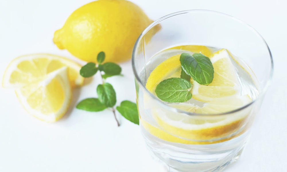 hot water with lemon is an alternative to coffee