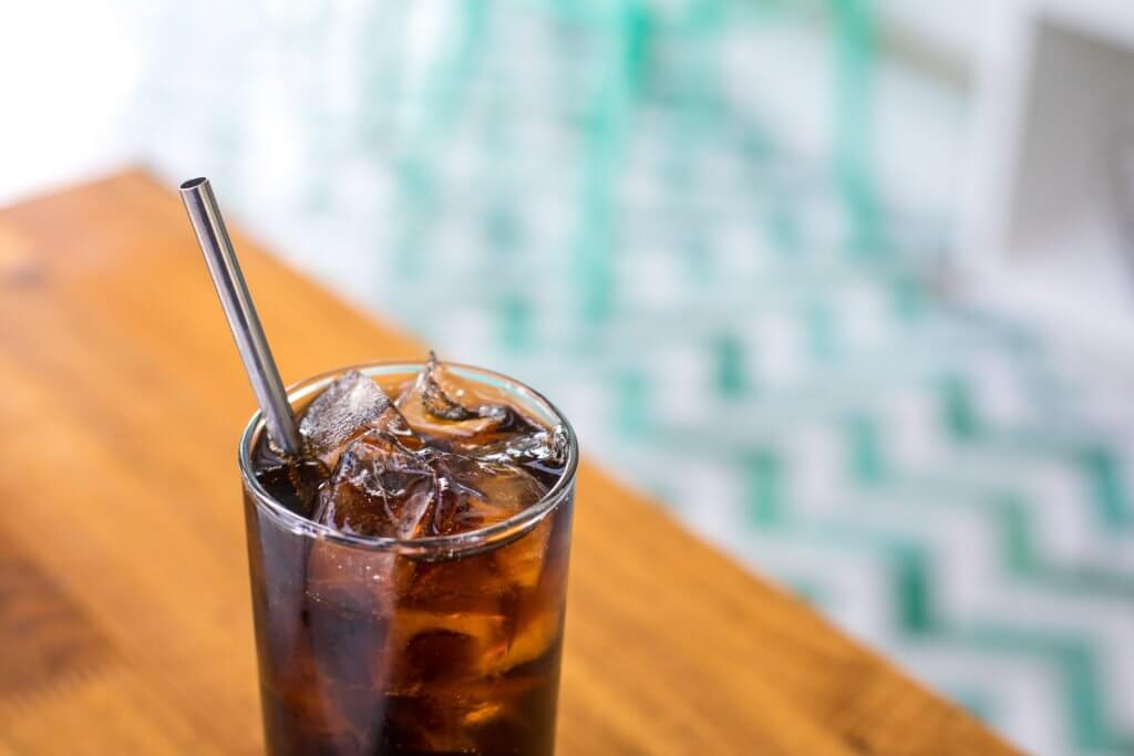reusable straw in restaurant to reduce carbon footprint